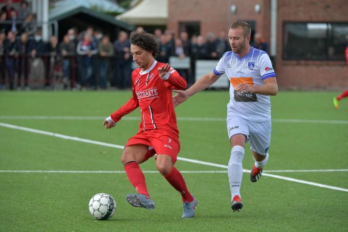Een beeld uit de derby SV Moorsele-SV Wevelgem van eind september 2020. Karim Ameraouy (links) tracht zich te ontdoen van Brandon Delneste .© VDB