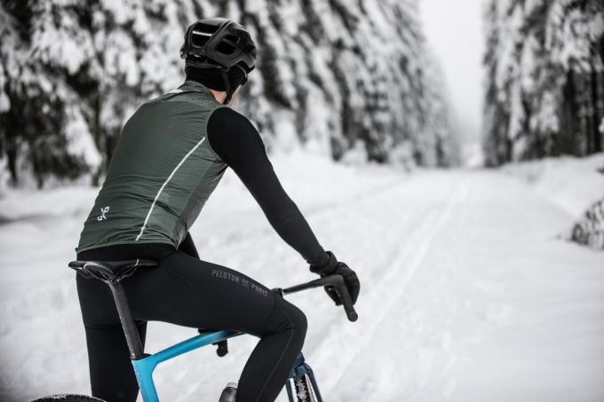 Liever de conditie bijspijkeren op de fiets? Outfit voor winterse fietstochten: fietstrui (135 euro), mouwloos windjack (99 euro), winterfietsbroek (165 euro) en handschoenen (69 euro), van Peloton de Paris.© Peloton de Paris