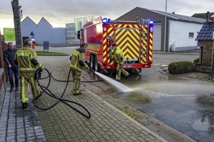 De brandweer moest aan de slag om de modder te verwijderen.© CLL