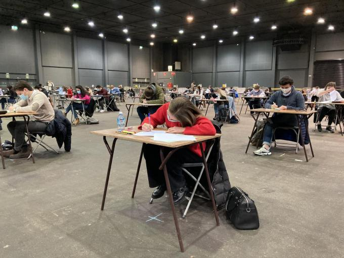 In Kortrijk Xpo leggen elke dag honderden studenten hun examen af.