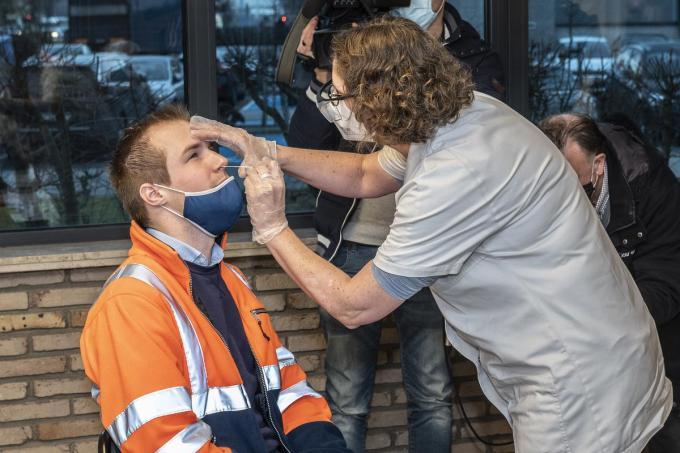 Eerste sneltest in Reo Veiling Roeselare, bedrijfsarts Hilde Vandelanotte voert de test uit.© Stefaan Beel