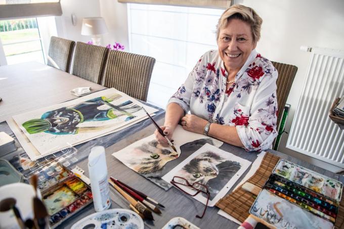 Kunstenares Myriam Dedeurwaerder aan schildertafel in de woonkamer.©Frank Meurisse Frank Meurisse