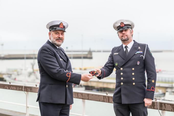 Christophe De Moor (links) geeft de fakkel als korpskwartiermeester door aan Christophe Primo. (foto Jorn Urbain/Defensie)©Jorn Urbain