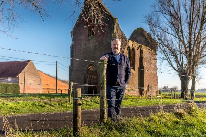 Bert Devos voor de Sint-Annakapel die hij straks weer wil laten herleven.©Wouter Meeus WME