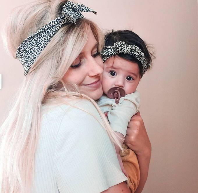 Fien Vansteelandt en dochtertje Billie Joseph met matching haarbandjes. (gf)© (gf)