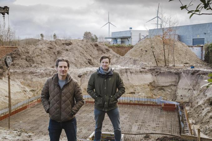 Johan Deketelaere (links) en Kristof Carrein op de site in de Populierstraat, ze hopen in het najaar te verhuizen.© (gf)