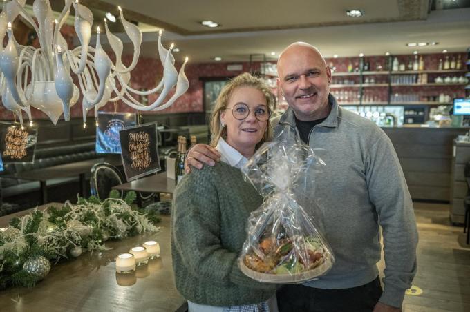 Sandra en Kurt van Au Grand Café pakken elk weekend uit met takeaway, daarnaast verkopen ze ook nog koffie en warme en chocomelk.©STEFAAN BEEL Stefaan Beel