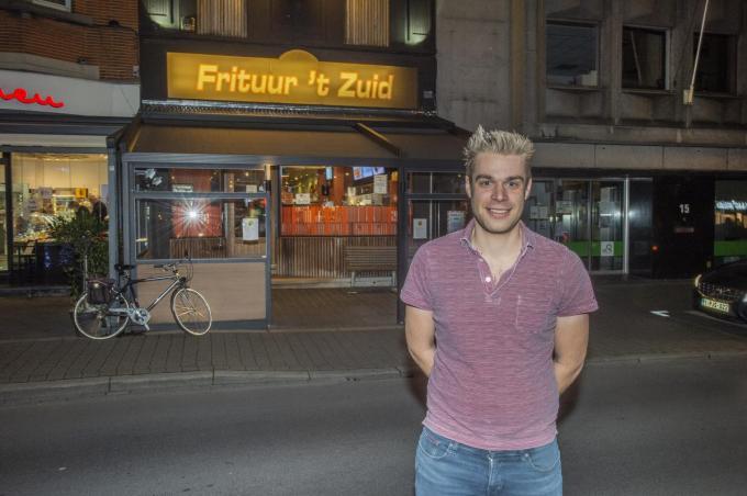 """Jens Vollens voor Frituur 't Zuid die straks moet wijken voor het nieuwe stadhuis. """"Een nieuwe stek hebben we nog niet."""" (foto a-SB)© Stefaan Beel"""