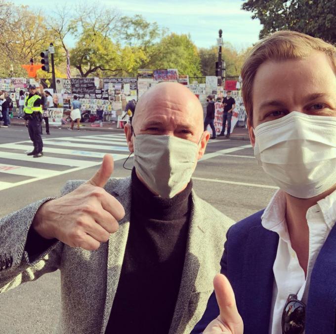 Klaas Keirse, hier met VRT-correspondent en Ingelmunsternaar Björn Soenens, iis diplomaat in Washington DC. (GF)
