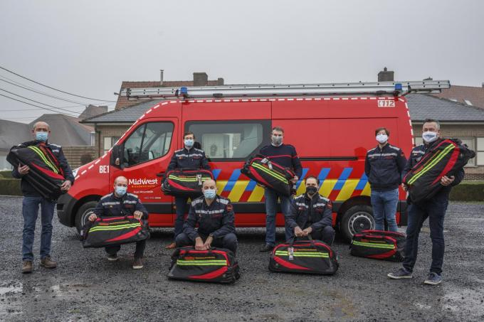 De brandweerlieden en erebrandweermannen kregen interventietassen en een verrassingspakket. (foto JS)©jan_stragier;Jan Stragier Jan Stragier