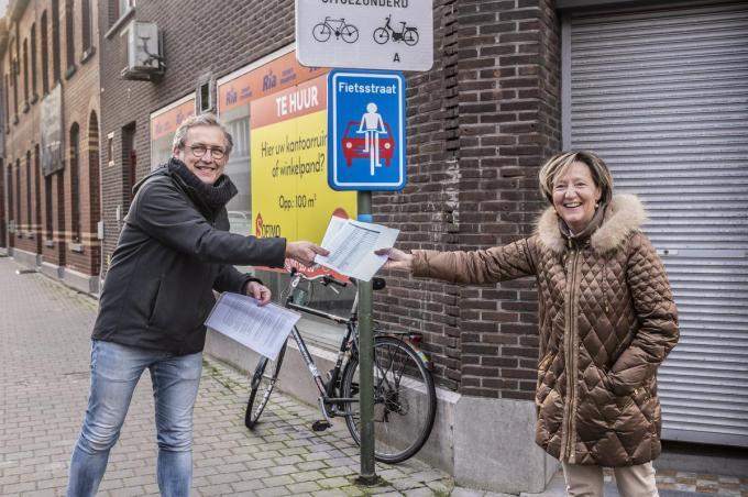 Eddy Demeersseman (Groen) geeft petitie voor fietszones aan schepen Griet Coppé (CD&V) en houdt zich daarbij aan de sociale afstand. (foto SB)©STEFAAN BEEL Stefaan Beel