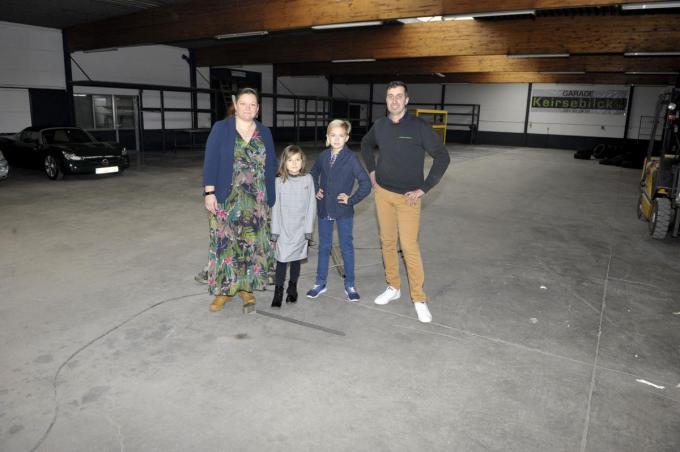 Ludo en Nathalie met hun kinderen Kobe en Emma in het ruime Cerdi-gebouw dat ze aankochten. (foto FODI)©FODI