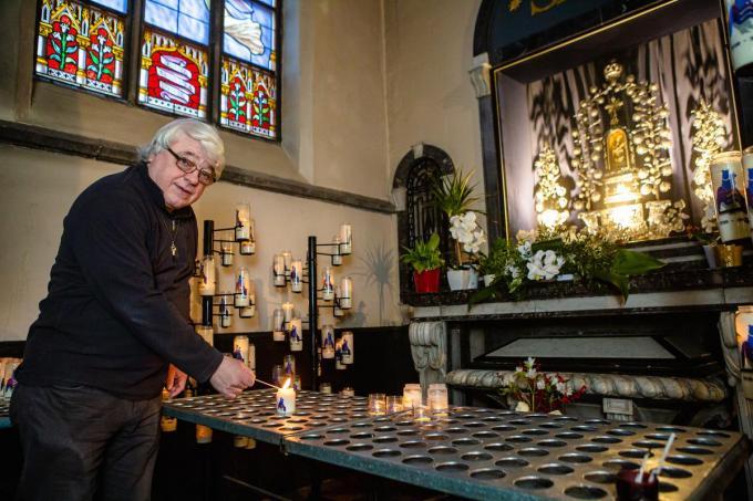 Het Mariabeeld in de Onze-Lieve-Vrouw-Onbevlekt-Ontvangenkerk in Ver-Assebroek wordt druk bezocht in coronatijden, merkt Diaken Eric De Rous op. (foto Davy Coghe)©Davy Coghe Davy Coghe