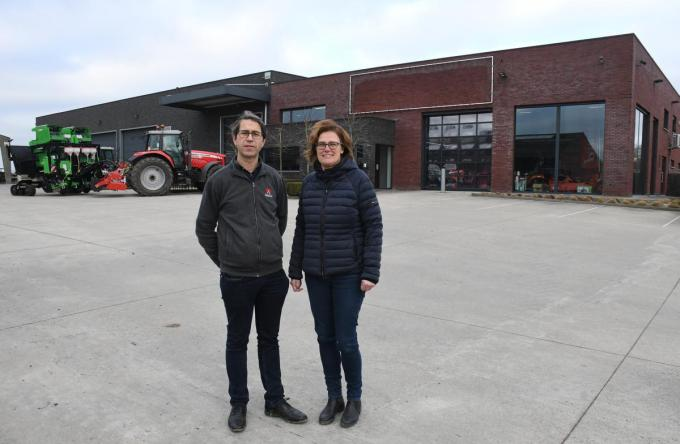 Bart Parrein en Veerle Demeulenaere voor hun firma die sinds 2013 gehuisvest is in de Brugseweg in Poelkapelle. (foto RB)©Robert Barthier
