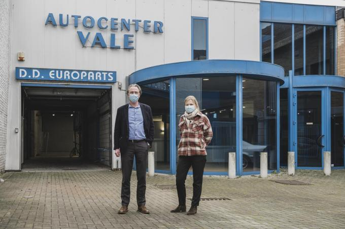 Directeur Renaat Vaes en adjunct-directeur Veerle Vantieghem voor het voormalige Autocenter Vale.© Olaf Verhaeghe