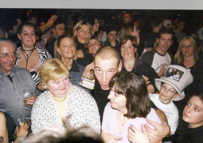 """Kurt Willem in de Bierco Party met zo'n 900 aanwezigen. """"In de nasleep van Big Brother kon ik in Oostende niet meer door de Kapellestraat lopen zonder dat ik de hele tijd werd aangeklampt"""", klinkt het.©laurette a-KW"""