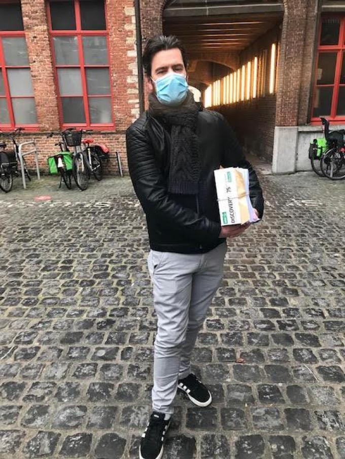 Dimitri Parmentier met de bezwaarschriften en petities (foto CHH)