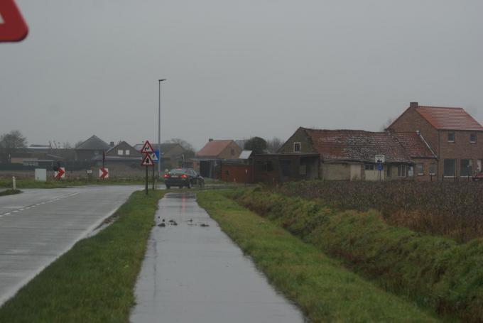 """In de bocht tussen de Izenbergestraat en de Kazernestraat dreigde het deze ochtend glad te worden. """"Een signaal om de strooidiensten uit te sturen"""", reageert burgemeester Liefooghe.©Anne Bovyn AB"""