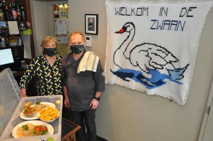 Sandra Verberck en Luc Delaere van Gasthof De Zwaan geven de afhaalmenu's mee op echte borden.© KVCL