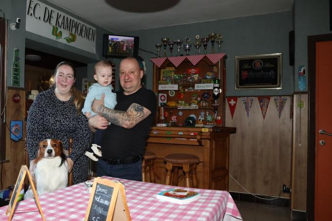 woonkamer in de stijl van de Kampioenen vlnr: Emily Dendooven, kleine Sien en papa Eddy Desimpel onder Lars.© MG