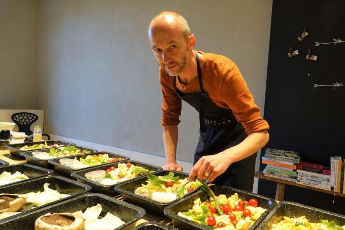 Vincent maakt alles klaar op bakplaten die de klanten dan gewoon in de oven moeten steken.© AN