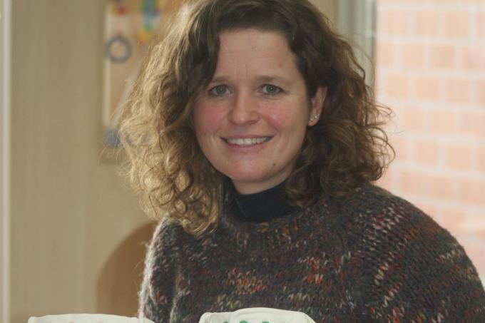 """Julie Wackenier van kinderdagverblijf Pjotter: """"Mooi meegenomen is dat de luiers frisse kleurtjes hebben en een streling voor het oog zijn.""""© AB"""