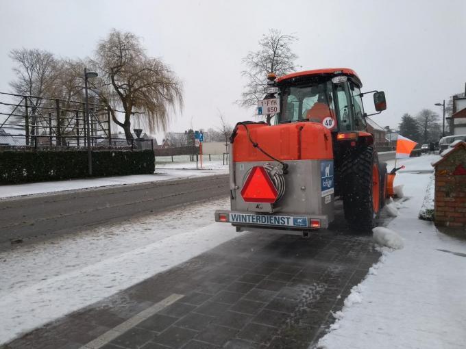 De gemeente kocht een multifunctionele tractor aan met een sneeuwschuif en een pekelstrooier voor de fietspaden.© GF