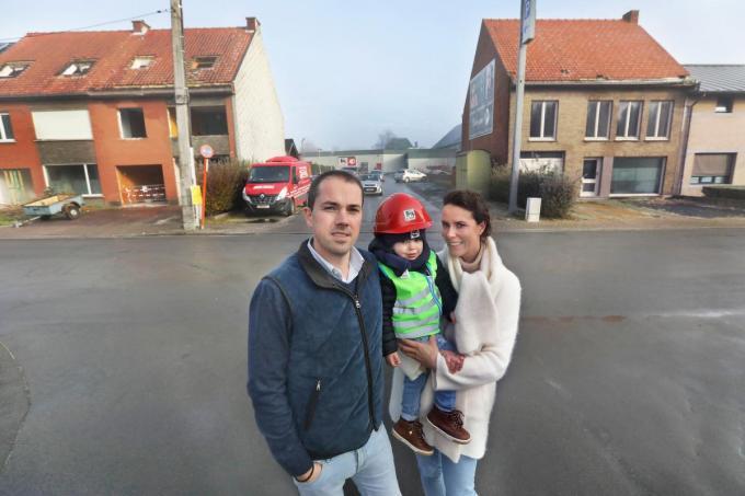 Bij de drie te slopen huizen en met op de verre achtergrond de Delhaize-winkel: de zaakvoerders Thibaut Lemahieu en zijn vrouw Hanne Tierssoone met hun zoontje Oscar (2). Ze hebben ook nog twee dochtertjes, Manou (5) en Odette (3).©Johan Sabbe
