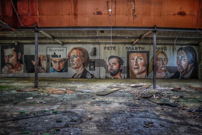 Tekeningen van de serie Bevergem, in een leegstaande fabriek. (foto Mystery Buildings)
