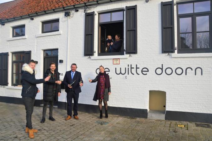 De oude naam is gewijzigd in 'De Witte Doorn', het nieuwe team heeft er alvast bijzonder veel zin in en klinkt op een spoedige heropening. (foto GF)