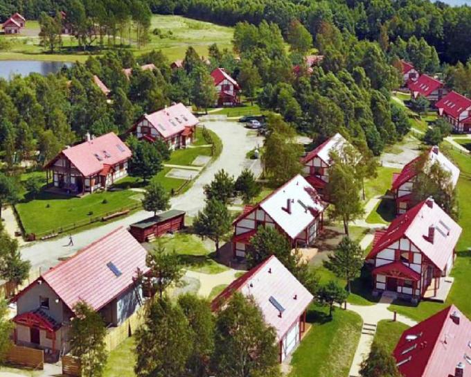 Het Poolse vakantiepark Kaszubska Ostoja bevindt zich in een oase van groen.©JS