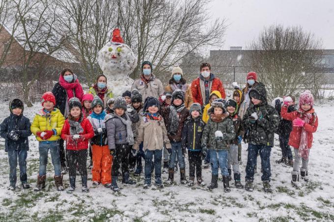 Deze kinderen bouwden een stevige sneeuwman.© SB