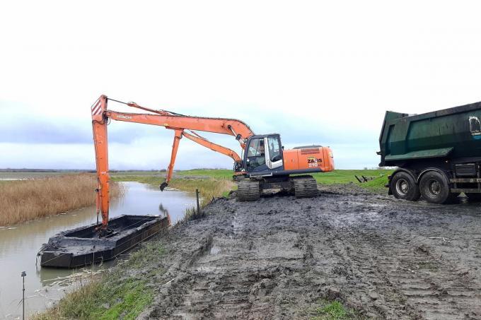 Meer dan 5.000 kubieke meter slib wordt sinds deze week geruimd aan de Kleine Geul tussen Fort Isabella en het Hazegrasfort in Knokke-Heist. De werken zijn het sluitstuk van een reeks beheerswerken voor de uitbreiding van het Zwin.© foto MM
