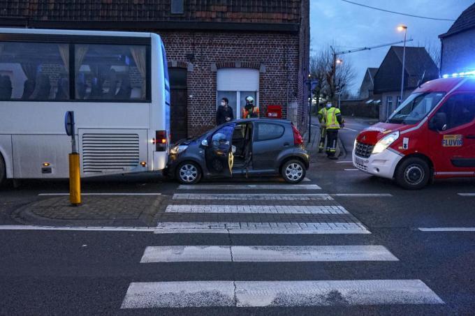 De bestuurder merkte de stilstaande bus te laat op.© CL