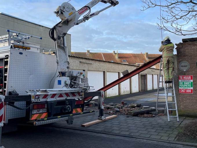 De dwarsligger en een deel van de muur raakte beschadigd.© JVM