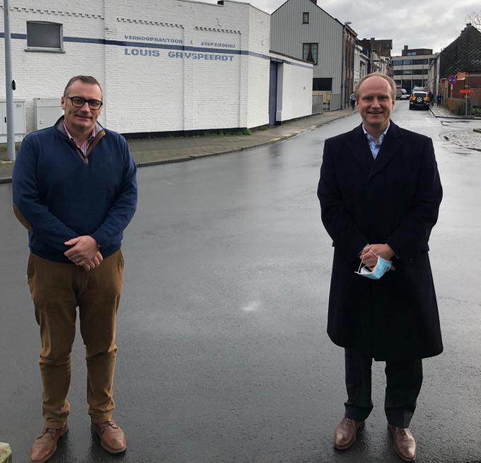 CEO Koen Dierickx van Grijspeerdt en CEO Alain Bostoens van Christeyns voor de bedrijfsgebouwen in Roeselare.© GF