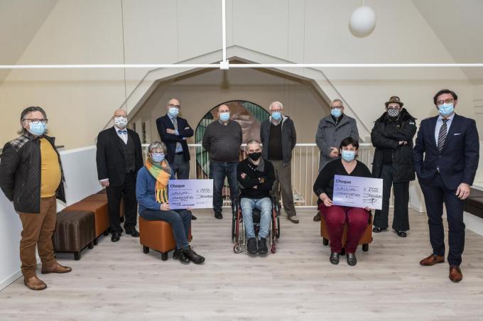 De cheque werd gegeven door Lions Club Roeselar en Motena.©STEFAAN BEEL Stefaan Beel