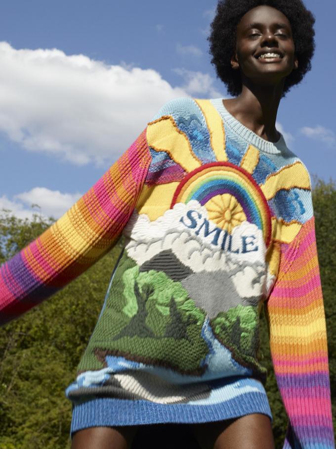 Stella McCartney creëerde een collectie waarbij elke creatie gelinkt is aan een begrip van A tot Z dat haar nauw aan het hart ligt. Deze kleurige trui kreeg de naam 'kind' mee, met de onderliggende boodschap: wees lief voor elkaar (995 euro).© Stella McCartney