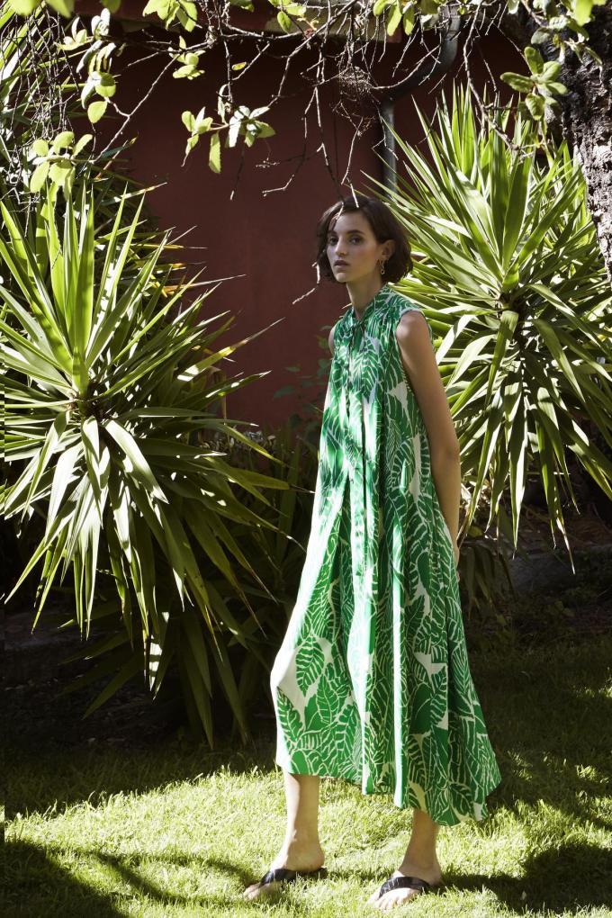 Heerlijk wijde jurk met print van palmbladeren in frisgroen, van Psophía (324 euro).© Psophía