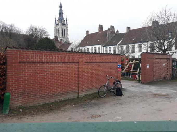 Aan de parking tegenover het gebouw van Vzw De Stroate vlak bij het Begijnhof komt er ook een muurschildering.© GF
