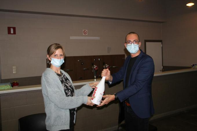 Opvolgster Sandy Priem schonk Dries Couckuyt op de gemeenteraad een bedankje.© vadu