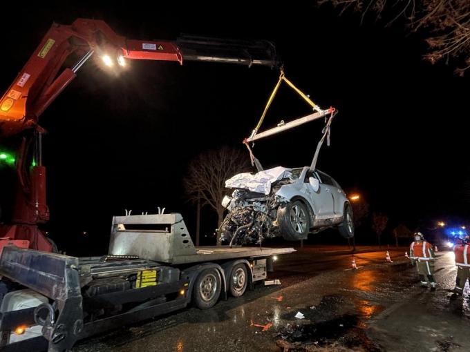 De wagen waarin Heleen en haar zoontje zaten, was helemaal verhakkeld door het ongeval.© TP