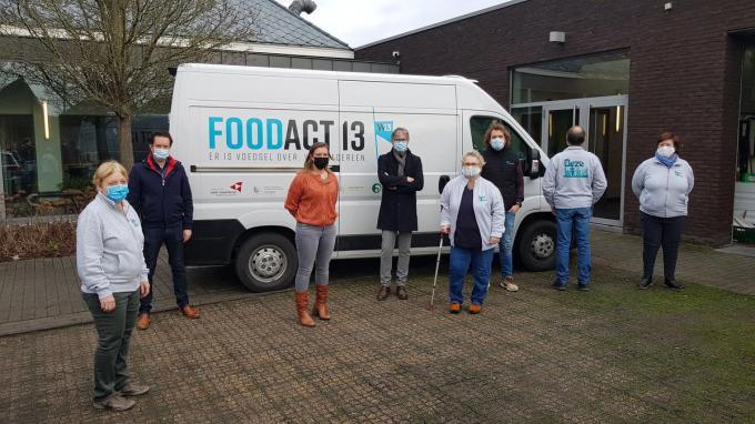 De organisatie maakte de resultaten bekend tijdens een persconferentie. We zien v.l.n.r. Mia Herman (vrijwilliger), Bram Deloof (ondervoorzitter W13), Sandra Platteau (schepen van Sociale Zaken, Tandem), Philippe Decoene (voorzitter W13), Trees Vandeputte (vrijwilliger), Arnoud Vercruysse (coördinator FoodAct13), Fons Demeulemeester en Mimi Ceusters (vrijwilligers).© JS