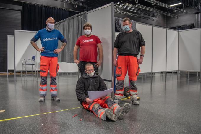 Wouter Vanhee, Pim Timmermans, Kurt Vankeirsbulck en Frank Tack bouwen de vaccinatielijnen op.©WMe by Wouter Meeus foto WME