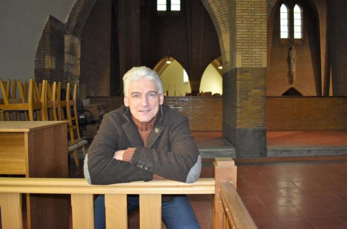 Zanglust-voorzitter Philippe Vindevogel in het doksaal waar naast zijn koor ook andere muziekverenigingen gebruik kunnen van maken.©TOM VAN HOUTTE TVW