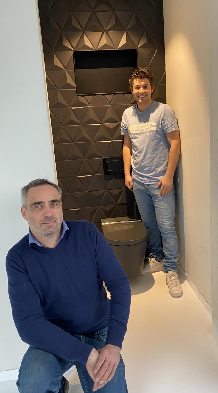 Alexander (links) en Steve (rechts) geloven in de doorbraak van douchetoiletten in Vlaanderen.© TV