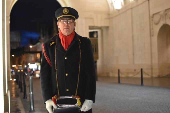 """Raf Decombel met zijn klaroen onder de Menenpoort: """"Dankzij de Last Post heb ik een band met mensen aan de andere kant van de wereld.""""© TOGH"""