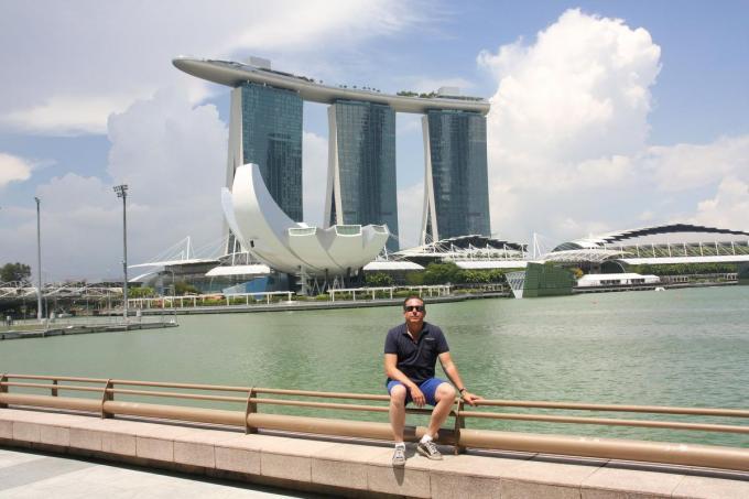 Karel in 'Marina Bay Singapore', met op de achtergrond het Marina Bay Sands Hotel, waar hij verbleef. (foto KG)©Karel Gits