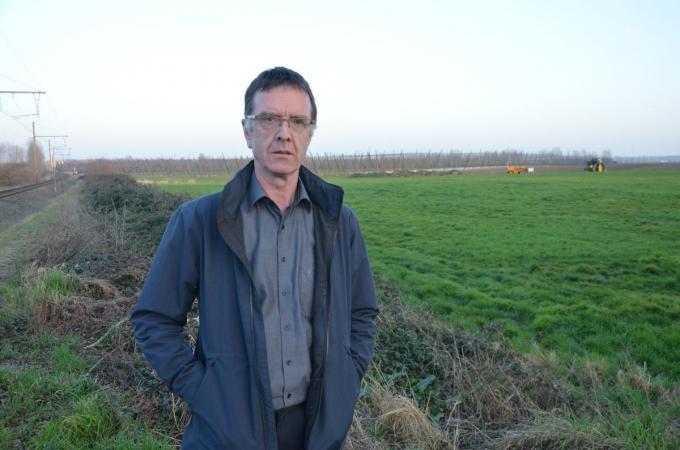 Schepen Philip Bolle (SP.A) op de locatie waar bedrijventerrein Hoge Akker II moet komen. (foto TOGH)