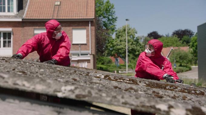 De reportage van Jan Van Looveren en Thomas Vanderveken in het Eén-programma Factcheckers inspireerde Sandrine De Crom. Ze zal het bestuur maandag vragen of Brugge doe-het-zelf pakketten aanbiedt voor de verwijdering van asbest. (foto VRT)